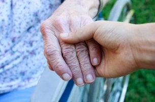 vanha käsi ja nuori käsi
