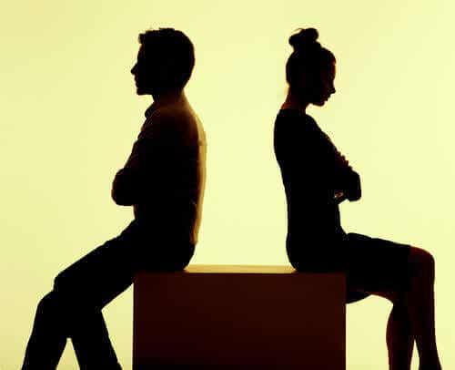 5 verbaalisen väkivallan merkkiä parisuhteessa