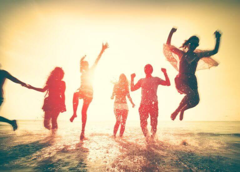 iloiset nuoret rannalla