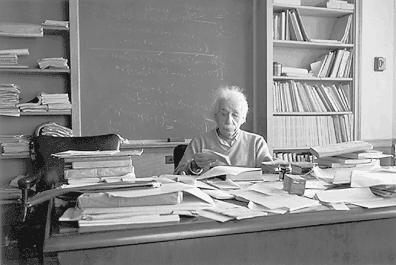 Einstein työpöytänsä ääressä