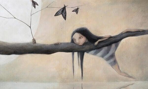tyttö kiipeilee puussa