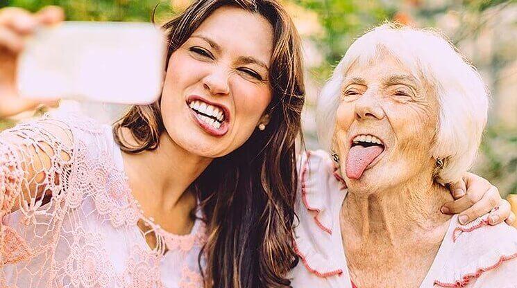 selfie nuori nainen ja vanha nainen