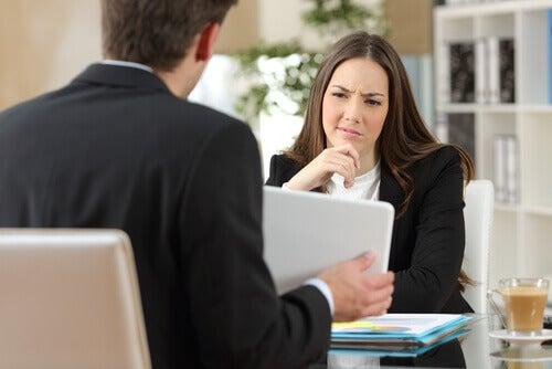 tyytymätön nainen töissä