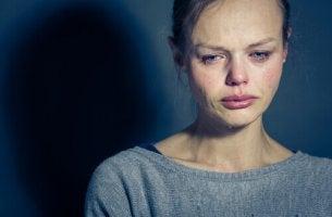itkevä surullinen nainen