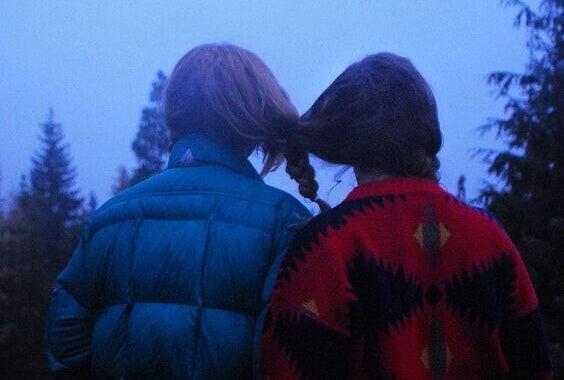 tyttöjen hiukset letitetty yhteen