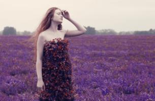 nainen kukkapellossa