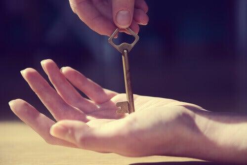 avain kädessä