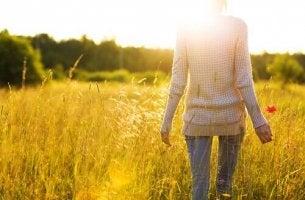 nainen viljapellolla