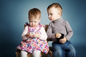 pienillä lapsilla on puhelimet