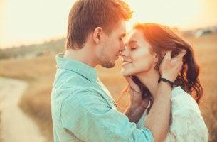 mies ja nainen syleilevät
