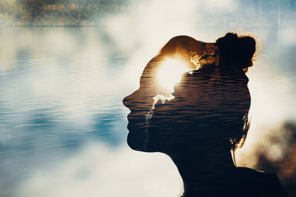 naisen siluetti vedessä
