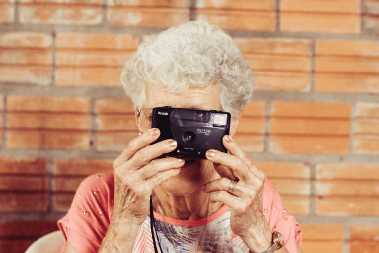 mummo ottaa kameralla kuvan