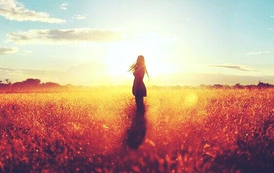 nainen yksin pellolla
