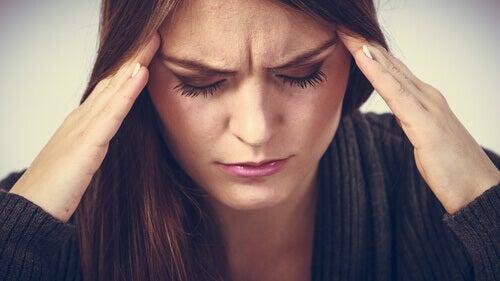 naisella särkee pää