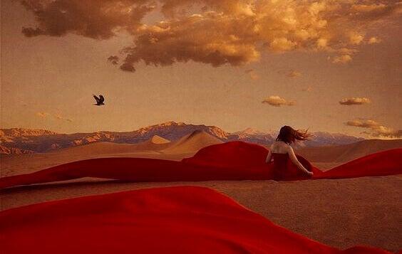 nainen aavikolla