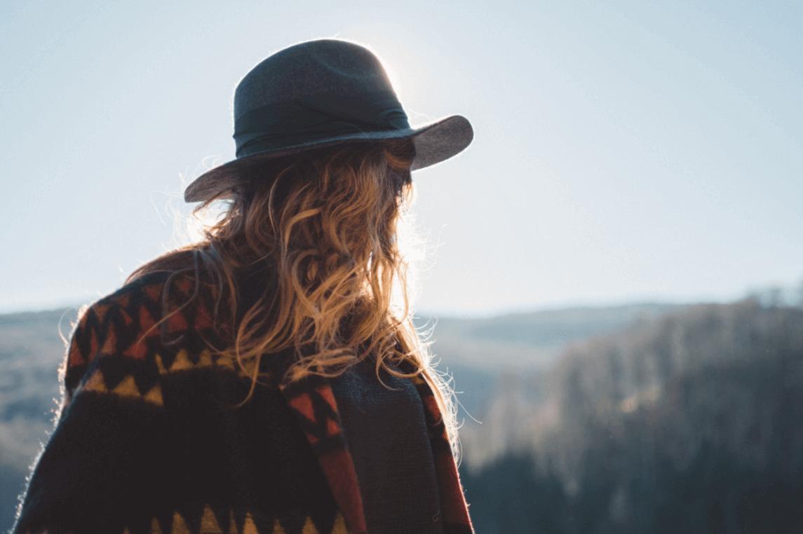 nainen vuorilla