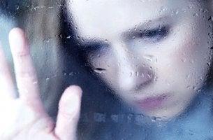nainen ikkunan takana