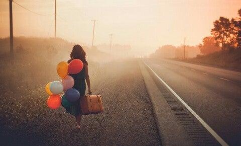 nainen matkalaukku ja ilmapallot