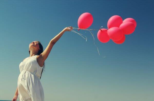 naisella ilmapalloja