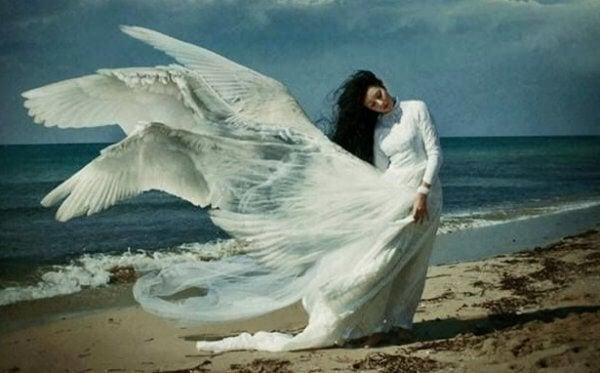 rannalla naisella siivet