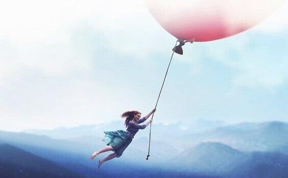 nainen lentää ilmapallolla