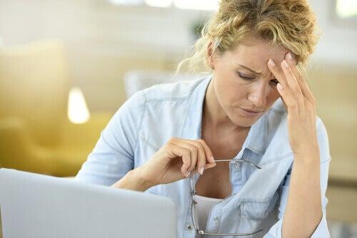 stressiä ja päänsärkyä