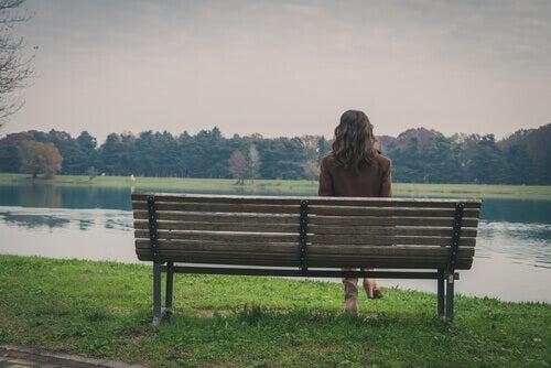 nainen puistonpenkillä