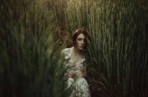 nainen piilottelee pellossa
