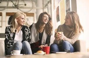 ystävättäret kahvilla