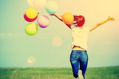 tytöllä on ilmapalloja