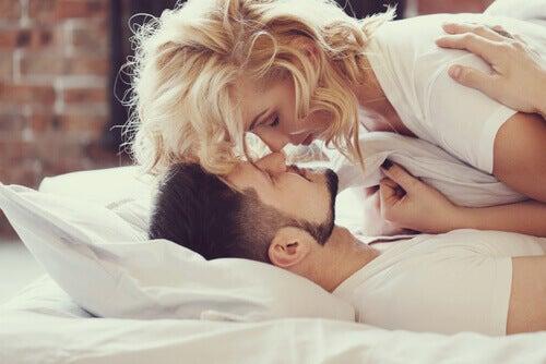 Sängyssä hellimisen kauneus