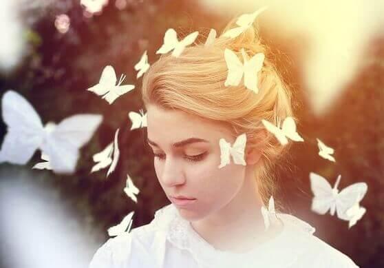 perhoset naisen ympärillä
