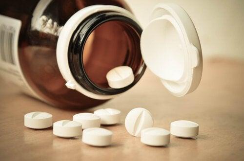pillerit pöydällä