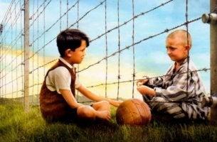 ystävykset elokuvassa poika raidallisessa pyjamassa
