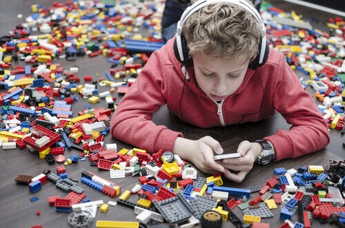 lapsi pelaa puhelimella eikä Legoilla