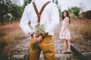 mies antaa kukkia naiselle