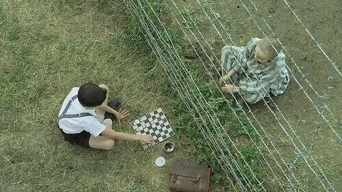 pojat pelaavat shakkia elokuvassa poika raidallisessa pyjamassa