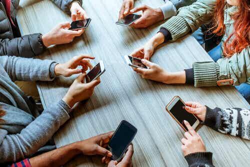 Phubbaus: kuinka puhelimet tuhoavat parisuhteita