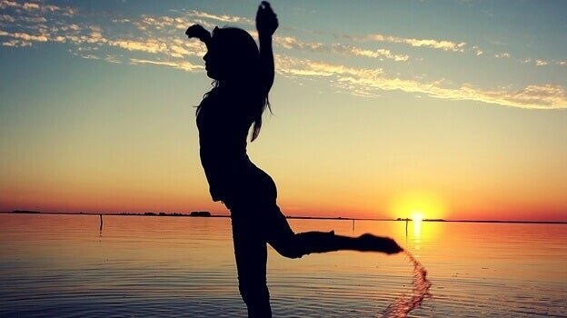 tyttö tanssii vedessä