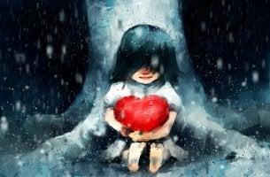 tyttö halaa sydäntä