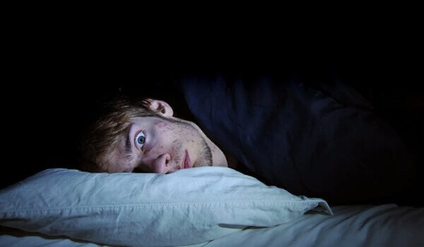 mies yöllä kauhuissaan