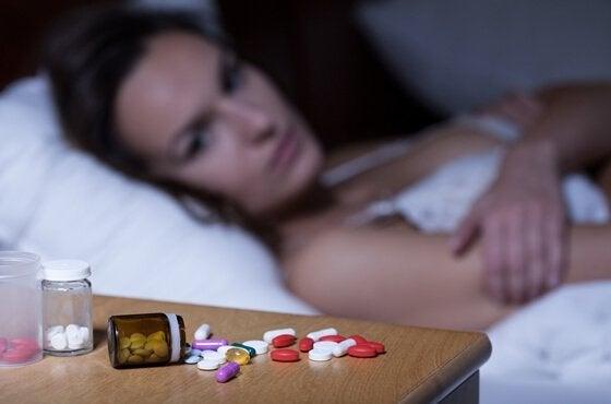 pillerit naisen yöpöydällä
