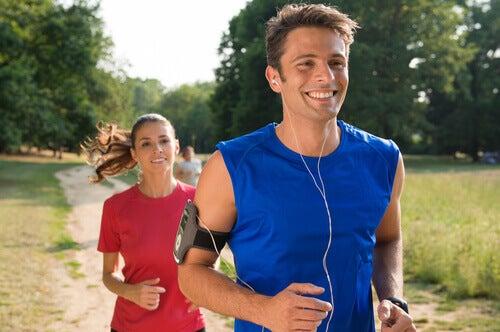 mies ja nainen lenkillä