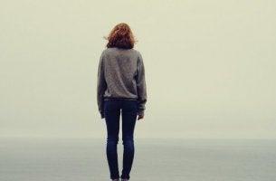 nainen yksin