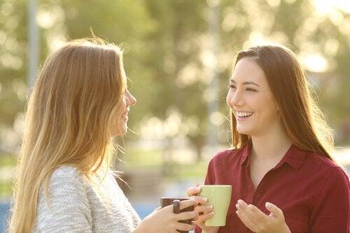 ystävät juovat kahvia ja rupattelevat