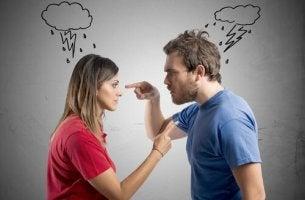 tuohtunut mies ja nainen