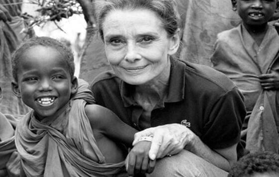 Audrey Hepburn auttamassa lapsia Afrikassa