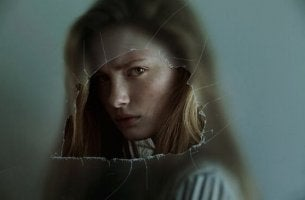 nainen rikkinäisen lasin takana