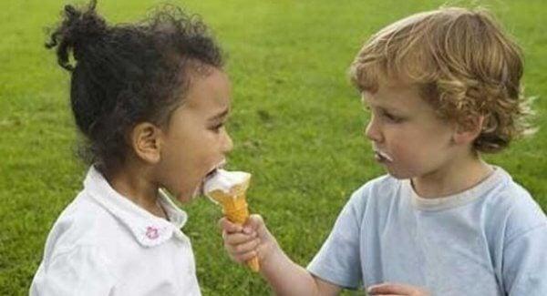 poika tarjoaa jäätelöään tytölle