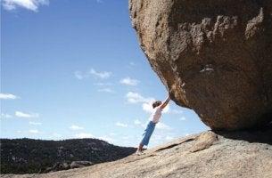 muut eivät uskoneet henkilön pystyvän kiven kannatteluun